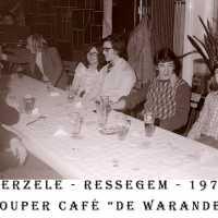 <strong>Souper (eetfestijn) allerlei verenigingen - 1974-75-76</strong><br> ©Herzele in Beeld<br><br><a href='https://www.herzeleinbeeld.be/Foto/2208/Souper-(eetfestijn)-allerlei-verenigingen---1974-75-76'><u>Meer info over de foto</u></a>