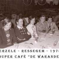 <strong>Souper (eetfestijn) allerlei verenigingen - 1974-75-76</strong><br> ©Herzele in Beeld<br><br><a href='https://www.herzeleinbeeld.be/Foto/2209/Souper-(eetfestijn)-allerlei-verenigingen---1974-75-76'><u>Meer info over de foto</u></a>