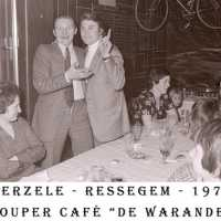 <strong>Souper (eetfestijn) allerlei verenigingen - 1974-75-76</strong><br> ©Herzele in Beeld<br><br><a href='https://www.herzeleinbeeld.be/Foto/2210/Souper-(eetfestijn)-allerlei-verenigingen---1974-75-76'><u>Meer info over de foto</u></a>