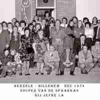 <strong>Souper (eetfestijn) allerlei verenigingen - 1974-75-76</strong><br> ©Herzele in Beeld<br><br><a href='https://www.herzeleinbeeld.be/Foto/2241/Souper-(eetfestijn)-allerlei-verenigingen---1974-75-76'><u>Meer info over de foto</u></a>