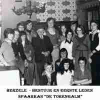 <strong>Souper (eetfestijn) allerlei verenigingen - 1974-75-76</strong><br>01-01-1974 ©Herzele in Beeld<br><br><a href='https://www.herzeleinbeeld.be/Foto/2243/Souper-(eetfestijn)-allerlei-verenigingen---1974-75-76'><u>Meer info over de foto</u></a>