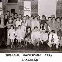 <strong>Souper (eetfestijn) allerlei verenigingen - 1974-75-76</strong><br>1974 ©Herzele in Beeld<br><br><a href='https://www.herzeleinbeeld.be/Foto/2245/Souper-(eetfestijn)-allerlei-verenigingen---1974-75-76'><u>Meer info over de foto</u></a>