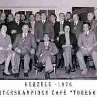 <strong>Kaarters  -  1973 t.e.m. 1977</strong><br> ©Herzele in Beeld<br><br><a href='https://www.herzeleinbeeld.be/Foto/2258/Kaarters-----1973-t.e.m.-1977'><u>Meer info over de foto</u></a>