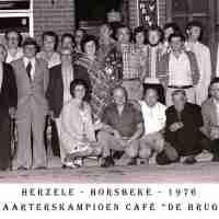 <strong>Kaarters  -  1973 t.e.m. 1977</strong><br> ©Herzele in Beeld<br><br><a href='https://www.herzeleinbeeld.be/Foto/2290/Kaarters-----1973-t.e.m.-1977'><u>Meer info over de foto</u></a>