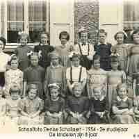 <strong>Schoolfoto  2de leerjaar  -  1954</strong><br>1954 ©Herzele in Beeld<br><br><a href='https://www.herzeleinbeeld.be/Foto/2459/Schoolfoto--2de-leerjaar-----1954'><u>Meer info over de foto</u></a>