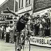 <strong>Eric Vlaeminck - Overwinning Solleveld</strong><br>01-01-1980 - 01-01-1982 ©Herzele in Beeld<br><br><a href='https://www.herzeleinbeeld.be/Foto/2467/Eric-Vlaeminck---Overwinning-Solleveld'><u>Meer info over de foto</u></a>