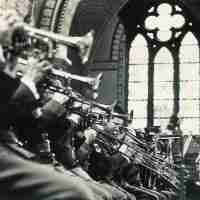 <strong>Militaire muziekkapel in de Sint-Martinuskerk</strong><br>1972 ©Herzele in Beeld<br><br><a href='https://www.herzeleinbeeld.be/Foto/263/Militaire-muziekkapel-in-de-Sint-Martinuskerk'><u>Meer info over de foto</u></a>
