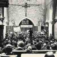 <strong>Militaire muziekkapel in de Sint-Martinuskerk</strong><br>1972 ©Herzele in Beeld<br><br><a href='https://www.herzeleinbeeld.be/Foto/264/Militaire-muziekkapel-in-de-Sint-Martinuskerk'><u>Meer info over de foto</u></a>