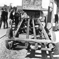 <strong>Straatverkoop - 1000 jaar Herzele</strong><br>25-03-1972 ©Herzele in Beeld<br><br><a href='https://www.herzeleinbeeld.be/Foto/266/Straatverkoop---1000-jaar-Herzele'><u>Meer info over de foto</u></a>