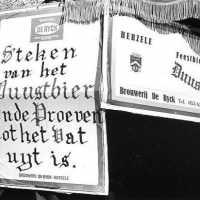 <strong>Steken van het Duustbier ende proeven tot het vat uyt is</strong><br>25-03-1972 ©Herzele in Beeld<br><br><a href='https://www.herzeleinbeeld.be/Foto/270/Steken-van-het-Duustbier-ende-proeven-tot-het-vat-uyt-is'><u>Meer info over de foto</u></a>
