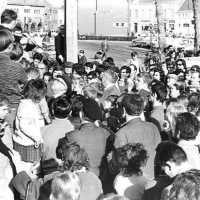<strong>Straatverkoop - 1000 jaar Herzele</strong><br>25-03-1972 ©Herzele in Beeld<br><br><a href='https://www.herzeleinbeeld.be/Foto/279/Straatverkoop---1000-jaar-Herzele'><u>Meer info over de foto</u></a>