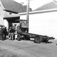 <strong>Straatverkoop - 1000 jaar Herzele</strong><br>25-03-1972 ©Herzele in Beeld<br><br><a href='https://www.herzeleinbeeld.be/Foto/280/Straatverkoop---1000-jaar-Herzele'><u>Meer info over de foto</u></a>