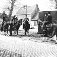 <strong>Rijkswacht te paard</strong><br>1972 ©Herzele in Beeld<br><br><a href='https://www.herzeleinbeeld.be/Foto/284/Rijkswacht-te-paard'><u>Meer info over de foto</u></a>