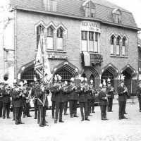<strong>Fanfare Sint-Cecilia - Herzele 1000 jaar</strong><br>1972 ©Herzele in Beeld<br><br><a href='https://www.herzeleinbeeld.be/Foto/299/Fanfare-Sint-Cecilia---Herzele-1000-jaar'><u>Meer info over de foto</u></a>