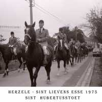 <strong>Sint Hubertusstoet - Sint Lievens Esse - 1975</strong><br> ©Herzele in Beeld<br><br><a href='https://www.herzeleinbeeld.be/Foto/429/Sint-Hubertusstoet---Sint-Lievens-Esse---1975'><u>Meer info over de foto</u></a>