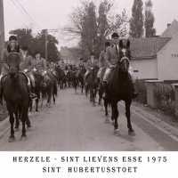 <strong>Sint Hubertusstoet - Sint Lievens Esse - 1975</strong><br> ©Herzele in Beeld<br><br><a href='https://www.herzeleinbeeld.be/Foto/430/Sint-Hubertusstoet---Sint-Lievens-Esse---1975'><u>Meer info over de foto</u></a>