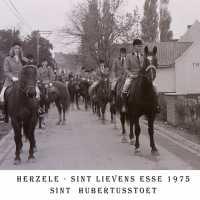 <strong>Sint Hubertusstoet - Sint Lievens Esse - 1975</strong><br> ©Herzele in Beeld<br><br><a href='https://www.herzeleinbeeld.be/Foto/431/Sint-Hubertusstoet---Sint-Lievens-Esse---1975'><u>Meer info over de foto</u></a>