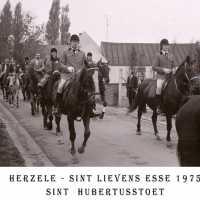 <strong>Sint Hubertusstoet - Sint Lievens Esse - 1975</strong><br> ©Herzele in Beeld<br><br><a href='https://www.herzeleinbeeld.be/Foto/432/Sint-Hubertusstoet---Sint-Lievens-Esse---1975'><u>Meer info over de foto</u></a>