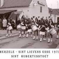 <strong>Sint Hubertusstoet - Sint Lievens Esse - 1975</strong><br> ©Herzele in Beeld<br><br><a href='https://www.herzeleinbeeld.be/Foto/433/Sint-Hubertusstoet---Sint-Lievens-Esse---1975'><u>Meer info over de foto</u></a>