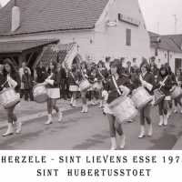 <strong>Sint Hubertusstoet - Sint Lievens Esse - 1975</strong><br> ©Herzele in Beeld<br><br><a href='https://www.herzeleinbeeld.be/Foto/434/Sint-Hubertusstoet---Sint-Lievens-Esse---1975'><u>Meer info over de foto</u></a>