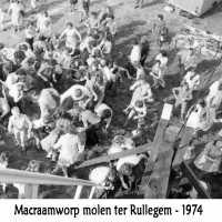 <strong>Molenfeesten  -  1973-74-75</strong><br> ©Herzele in Beeld<br><br><a href='https://www.herzeleinbeeld.be/Foto/437/Molenfeesten-----1973-74-75'><u>Meer info over de foto</u></a>