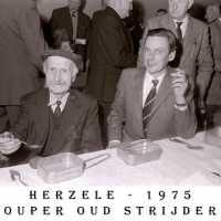 <strong>Oud strijders Souper  -  1975</strong><br> ©Herzele in Beeld<br><br><a href='https://www.herzeleinbeeld.be/Foto/443/Oud-strijders-Souper-----1975'><u>Meer info over de foto</u></a>