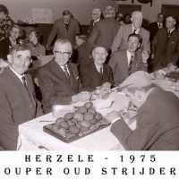 <strong>Oud strijders Souper  -  1975</strong><br> ©Herzele in Beeld<br><br><a href='https://www.herzeleinbeeld.be/Foto/445/Oud-strijders-Souper-----1975'><u>Meer info over de foto</u></a>