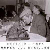<strong>Oud strijders Souper  -  1975</strong><br> ©Herzele in Beeld<br><br><a href='https://www.herzeleinbeeld.be/Foto/446/Oud-strijders-Souper-----1975'><u>Meer info over de foto</u></a>