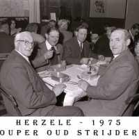 <strong>Oud strijders Souper  -  1975</strong><br> ©Herzele in Beeld<br><br><a href='https://www.herzeleinbeeld.be/Foto/447/Oud-strijders-Souper-----1975'><u>Meer info over de foto</u></a>