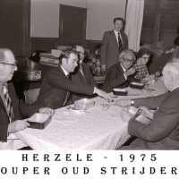 <strong>Oud strijders Souper  -  1975</strong><br> ©Herzele in Beeld<br><br><a href='https://www.herzeleinbeeld.be/Foto/449/Oud-strijders-Souper-----1975'><u>Meer info over de foto</u></a>