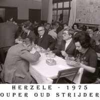 <strong>Oud strijders Souper  -  1975</strong><br> ©Herzele in Beeld<br><br><a href='https://www.herzeleinbeeld.be/Foto/450/Oud-strijders-Souper-----1975'><u>Meer info over de foto</u></a>