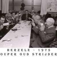 <strong>Oud strijders Souper  -  1975</strong><br> ©Herzele in Beeld<br><br><a href='https://www.herzeleinbeeld.be/Foto/451/Oud-strijders-Souper-----1975'><u>Meer info over de foto</u></a>