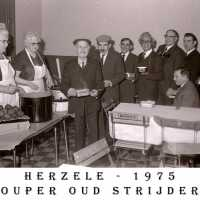 <strong>Oud strijders Souper  -  1975</strong><br> ©Herzele in Beeld<br><br><a href='https://www.herzeleinbeeld.be/Foto/452/Oud-strijders-Souper-----1975'><u>Meer info over de foto</u></a>