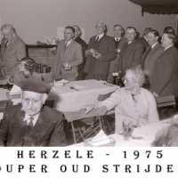 <strong>Oud strijders Souper  -  1975</strong><br> ©Herzele in Beeld<br><br><a href='https://www.herzeleinbeeld.be/Foto/453/Oud-strijders-Souper-----1975'><u>Meer info over de foto</u></a>
