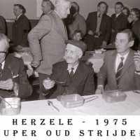 <strong>Oud strijders Souper  -  1975</strong><br> ©Herzele in Beeld<br><br><a href='https://www.herzeleinbeeld.be/Foto/454/Oud-strijders-Souper-----1975'><u>Meer info over de foto</u></a>