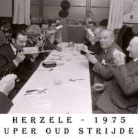 <strong>Oud strijders Souper  -  1975</strong><br> ©Herzele in Beeld<br><br><a href='https://www.herzeleinbeeld.be/Foto/455/Oud-strijders-Souper-----1975'><u>Meer info over de foto</u></a>