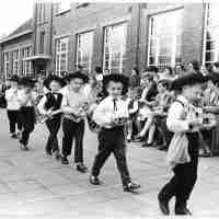 <strong>Borsbeke - Vrije basischool - schoolfeest  -  1969</strong><br> ©Herzele in Beeld<br><br><a href='https://www.herzeleinbeeld.be/Foto/689/Borsbeke---Vrije-basischool---schoolfeest-----1969'><u>Meer info over de foto</u></a>