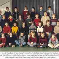 <strong>Vijfde leerjaar VBH  -  1981</strong><br>1981 ©Herzele in Beeld<br><br><a href='https://www.herzeleinbeeld.be/Foto/732/Vijfde-leerjaar-VBH-----1981'><u>Meer info over de foto</u></a>