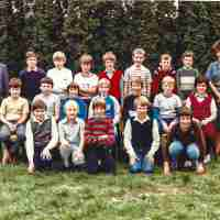 <strong>Eerste humaniora -  1983/84</strong><br>1983 ©Herzele in Beeld<br><br><a href='https://www.herzeleinbeeld.be/Foto/733/Eerste-humaniora----1983/84'><u>Meer info over de foto</u></a>