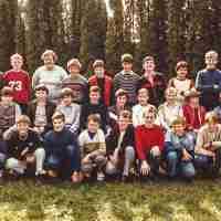<strong>Tweede humaniora  -  1984/85</strong><br>1984 ©Herzele in Beeld<br><br><a href='https://www.herzeleinbeeld.be/Foto/734/Tweede-humaniora-----1984/85'><u>Meer info over de foto</u></a>