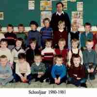 <strong>Klasfoto</strong><br>1981 ©Herzele in Beeld<br><br><a href='https://www.herzeleinbeeld.be/Foto/763/Klasfoto'><u>Meer info over de foto</u></a>
