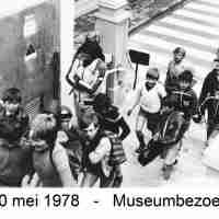 <strong>Museumbezoek te Blankenberge  -  1978</strong><br>20-05-1978 ©Herzele in Beeld<br><br><a href='https://www.herzeleinbeeld.be/Foto/770/Museumbezoek-te-Blankenberge-----1978'><u>Meer info over de foto</u></a>