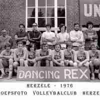 <strong>Volleybalclub Unic  -  Halfweg jaren 70</strong><br>01-01-1970 ©Herzele in Beeld<br><br><a href='https://www.herzeleinbeeld.be/Foto/848/Volleybalclub-Unic-----Halfweg-jaren-70'><u>Meer info over de foto</u></a>
