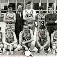 <strong>Volleybalclub Unic  -  Halfweg jaren 70</strong><br>01-01-1970 ©Herzele in Beeld<br><br><a href='https://www.herzeleinbeeld.be/Foto/854/Volleybalclub-Unic-----Halfweg-jaren-70'><u>Meer info over de foto</u></a>