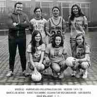 <strong>Volleybalclub Unic  -  Halfweg jaren 70</strong><br>01-01-1970 ©Herzele in Beeld<br><br><a href='https://www.herzeleinbeeld.be/Foto/862/Volleybalclub-Unic-----Halfweg-jaren-70'><u>Meer info over de foto</u></a>
