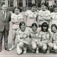 <strong>Volleybalclub Unic  -  Halfweg jaren 70</strong><br> ©Herzele in Beeld<br><br><a href='https://www.herzeleinbeeld.be/Foto/863/Volleybalclub-Unic-----Halfweg-jaren-70'><u>Meer info over de foto</u></a>