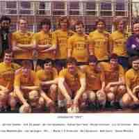 <strong>Volleybalclub Unic  -  Halfweg jaren 70</strong><br>01-01-1970 ©Herzele in Beeld<br><br><a href='https://www.herzeleinbeeld.be/Foto/865/Volleybalclub-Unic-----Halfweg-jaren-70'><u>Meer info over de foto</u></a>