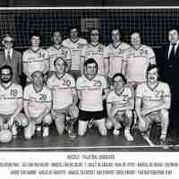 <strong>Volleybalclub Unic  -  Halfweg jaren 70</strong><br>01-01-1970 ©Herzele in Beeld<br><br><a href='https://www.herzeleinbeeld.be/Foto/868/Volleybalclub-Unic-----Halfweg-jaren-70'><u>Meer info over de foto</u></a>