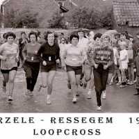 <strong>Atletiek op Evendaele + allerhande</strong><br> ©Herzele in Beeld<br><br><a href='https://www.herzeleinbeeld.be/Foto/883/Atletiek-op-Evendaele-+-allerhande'><u>Meer info over de foto</u></a>
