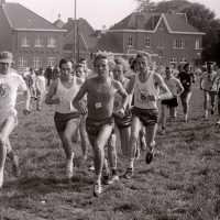 <strong>Veldlopen Borsbeke  -  1974</strong><br>01-01-1974 ©Herzele in Beeld<br><br><a href='https://www.herzeleinbeeld.be/Foto/887/Veldlopen-Borsbeke-----1974'><u>Meer info over de foto</u></a>
